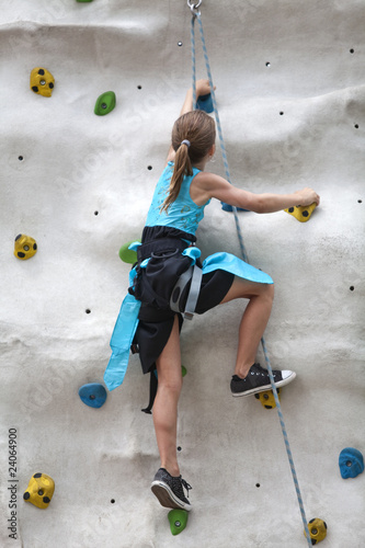 Kind beim Klettern an einer Kletterwand - 24064900