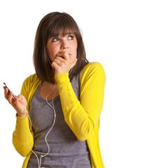 Frau mit MP3-Player denkt nach