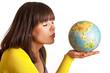 Frau küsst Globus