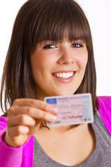 Frau mit Führerschein in der Hand
