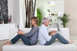 couple de seniors devant ordinateur portable