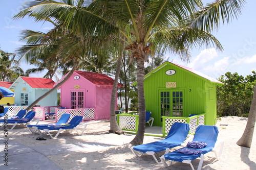 Leinwanddruck Bild Bunte Strandhütten auf den Bahamas