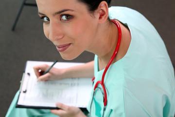 Infirmière remplissant dossier médical