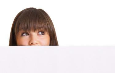 Frauenkopf hinter Werbetafel