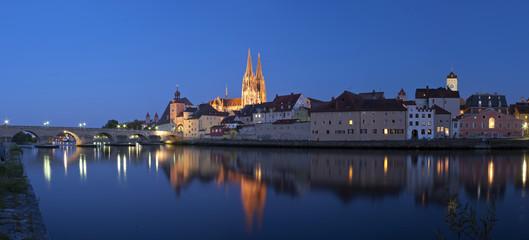 Panorama der Altstadt Regensburg bei Nacht