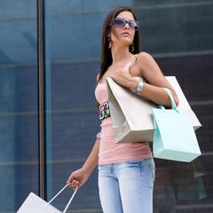 hermosa mujer de compras en  un centro comercial