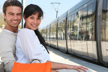 Couple assis sur le quai du tramway