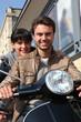 Couple se baladant à moto en ville