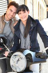 Portrait d'un couple près d'une moto