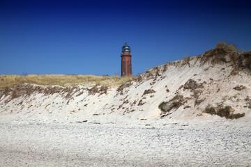 Leuchturm hinter Dünen an der Ostsee Darß