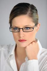 Portrait d'une femme portant des lunettes de vue