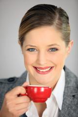 Portrait d'une femme buvant un café