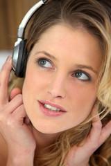 Portrait d'une femme éoutant de la musique