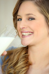 Portrait d'une femme avec un verre de lait
