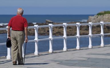 Anciano con bastón paseando