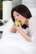 Portrait d'une femme mangeant une pomme