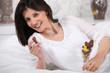Portrait d'une femme mangeant des œufs de Pâques