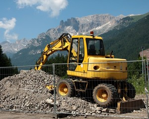 escavatore in montagna