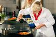 Leinwanddruck Bild - Köche in Restaurant- oder Hotelküche kochen