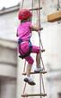 Kind beim Klettern im Klettergarten