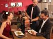 Nettes romantisches Abendessen - Ober bietet Pfeffer an