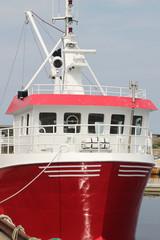 Rot-weißes Boot im Hafen des Oslo Fjords - Hochformat