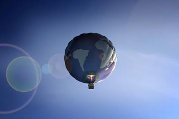 Ballon Weltkugel am Himmel