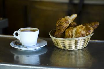 Café crème et croissant à Paris