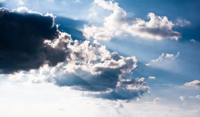 Schöner blauer Himmel mit Wolken & Sonnenstrahlen