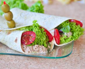 Burrito gefüllt mit Thunfischpaste und grünem Salat
