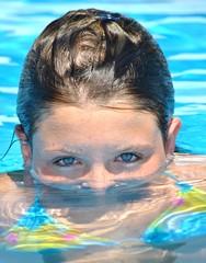 Primo piano di ragazza in piscina