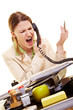 Frau schimpft am Telefon
