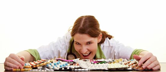Medizinerin sammelt viele Tabletten