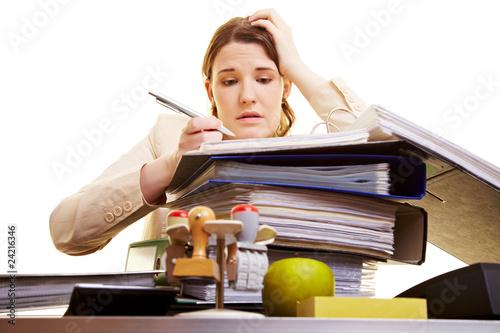 Geschäftsfrau liest sich einen Vertrag durch
