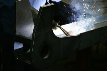 Schweisser in einer Werkstatt in der Metallindustrie