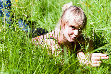 junge Frau im Gras V4
