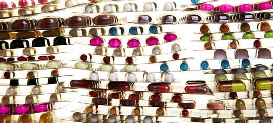 Viele bunte verschiedene Pillen