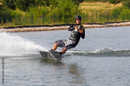 Erfrischender Wassersport Mann beim Wakeboarden
