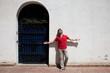 Sevillano junto a una puerta