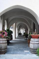 colonnato vuoto in un piccolo villaggio nel nord italia