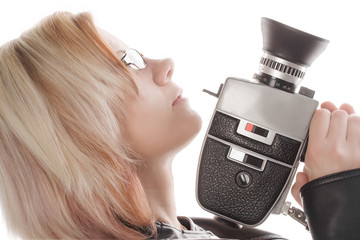 blonde, junge Frau hält eine Filmkamera