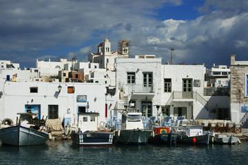 Hafen von Naoussa mit Tavernen auf Paros