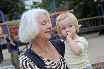 Oma und Enkelin auf dem Spielplatz