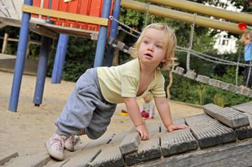 Kleinkind, Mädchen, 2 Jahre alt, Spielplatz