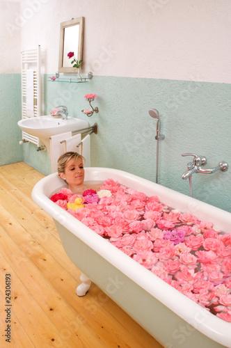 bagno vasca rosa relax donna cura corpo