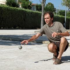 Pétanque : homme jouant au boules