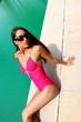 jeune femme en maillot au bord de la piscine