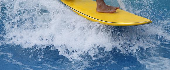 gelbes Surfbrett