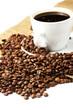 kaffeebohnen mit kaffee und jute im hintergrund