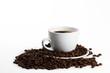 kaffeetasse mit kaffee und bohnen auf weissem hintergrund
